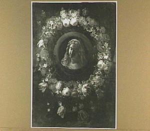 Bloemenkrans rond een medaillon met een afbeelding van Maria