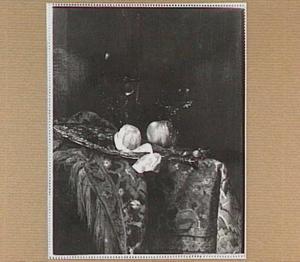 Silleven met een gedreven zilveren schotel en drinkglazen op een oosters tapijt