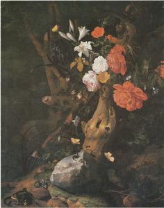 Bloemen rondom een boomstam, met insecten en andere dieren, bij een bergmeer