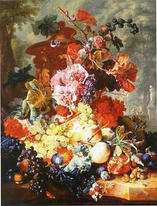 Stilleven met fruit en bloemen voor een terracotta vaas in een parklandschap