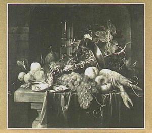Stilleven van vruchten, kometenglas, omgevallen tazza en een kreeft op een tafel
