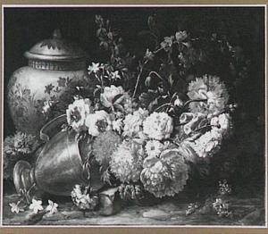 Bloemenstilleven met een omgevallen koperen vaas en een porseleinen pot