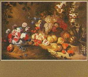 Stilleven van vruchten en een boeketje bloemen in een landschap