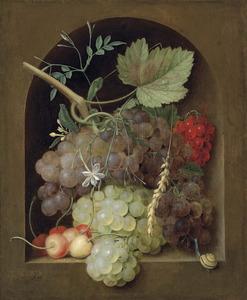 Druiven en kersen met een slak in een stenen nis