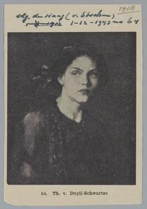 Portret van een jong meisje te halver lijve