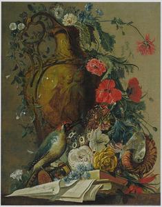 Stilleven met boeken, bloemen en een specht bij een geornamenteerde vaas