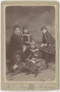Portret van Johanna Petronella Everts (1852-1939), haar dochters en een nichtje