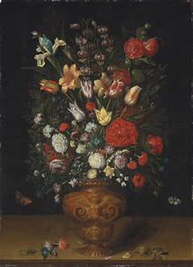 Gedecoreerde vaas met bloemen