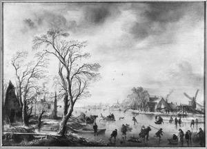 Winterlandschap met schaatsers en kolfspelers op een bevroren rivier bij een drop