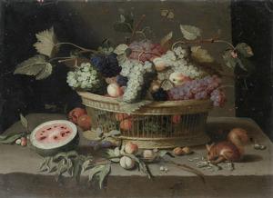Een vruchtenstillven met druiven, perziken en pruimen in een mand, een eekhoorn op een stenen tafel