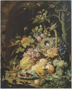 Vogelnest in een mand met vruchten