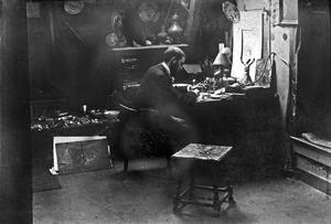 Marius Bauer in zijn atelier in de Herderinnestraat