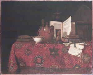 Stilleven van boeken, vaatwerk en een globe op een tafel met een oosters tapijt