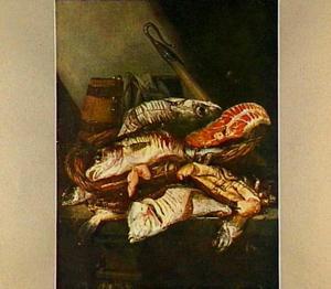 Visstilleven met krab, schol, kabeljauw en moot zalm in mand op tafel; op de achtergrond een houten emmer en (enter)haak