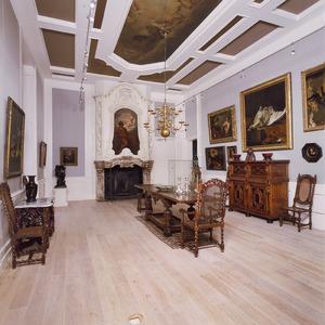 Zaal met Lodewijk XIV schoorsteenbetimmering met schilderstuk en plafondschildering