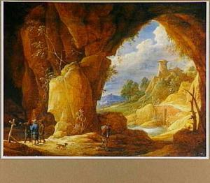 Wandelende boeren bij een grot