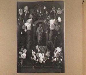 Standbeeld van Madonna met kind in een nis, omgeven door vijf bloemtrossen