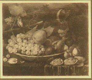Stilleven van vruchten op een platte porseleinen schaal; rechts oesters en linksboven een zangvogel op een tak