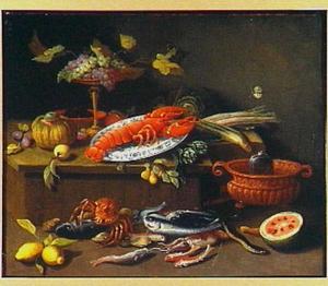 Stilleven met kreeft op een bord, andere schaaldieren, vissen en vruchten alsmede een kruik in een koeler