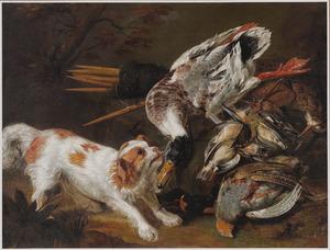 King Charles spaniël bij een jachtbuit van eenden, lijsters, snippen en patrijzen in een boslandschap