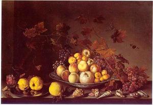 Vruchten op een Wan Li-schaal, kweeperen op een tinnen bord, schelpen, een kweepeer en druiventrossen op een stenen plint