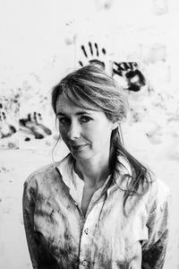 Portret van Carlijn Mens in haar atelier