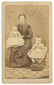 Portret van Catharina Johanna Kikkert (1846-1886) met twee kinderen