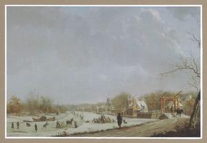 Winters gezicht op de Oude Rijn vanaf de Lage Rijndijk (tegenwoordig: Van der Valk Boumanweg) naar de stad Leiden met rechts de Zijl- of Spanjaardsbrug, in het midden molen De Ooievaar en in het verschiet de Zijlpoort en de Marekerk