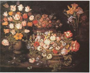 Twee manden met bloemen, tulpen in een steengoed  vaas en een boeketje van lissen en lelies in een glazen vaas