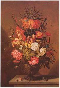 Bloemstuk met keizerskroon in top in een siervaas