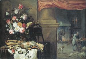 Keukenstilleven met vaas met bloemen, dode vogels, vis en een kat