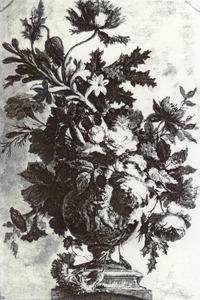 Bloemstilleven in een vaas, versierd met putti, op een piëdestal op een ovaal vlak