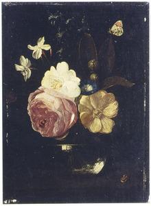 Bloemen en een sinaasappeltajfe in een vaas