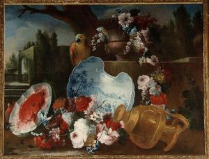 Een urn gevuld met klimmende winde, rozen en andere bloemen op een stenen plint, in de voorgrond een rechtopstaande blauw witte schaal, een watermeloen en een papegaai