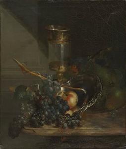 Stilleven met glazen bokaal en druiven op een marmeren blad