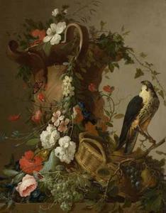 Stilleven met bloemen, vruchten en een boomvalk