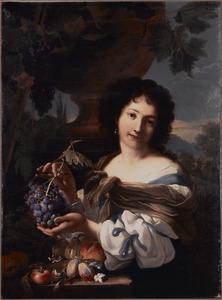 Jonge vrouw toont een tros druiven