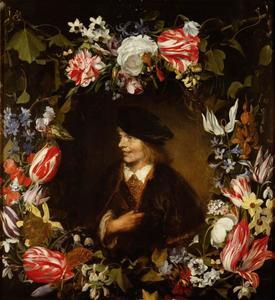 Portret van een lachende jongeman in een bloemkrans