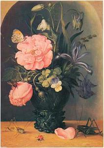 Bloemen in een roemer voor een nis