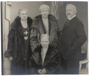 Portret van familie Van de Poll