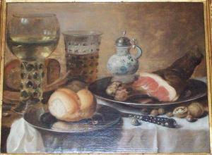 Ontbijtje met ham, glaswerk, een broodje en een mosterdpot