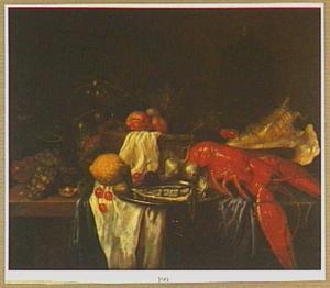 Stilleven met kreeft, schelp, vis op een tinnen bord en een mand met vruchten