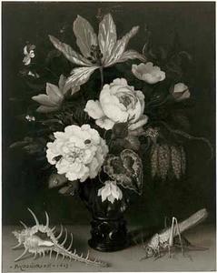 Stilleven van bloemen in een roemer, een schelp en een sabelsprinkhaan op een tafel