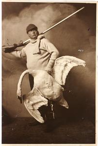 Model met zwaan en jachtgeweer