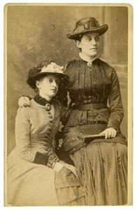 Portret van Cornelia Elizabeth van der Wissel (?-1936) en Anna Cornelia Kuiper (1831-1887)