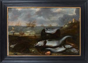 Vissen en schelpen op de kust met schepen op stormachtige zee in de achtergrond