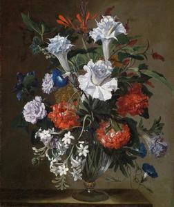 Stilleven met anjers, lelies, pioenen en andere bloemen in een glazen vaas
