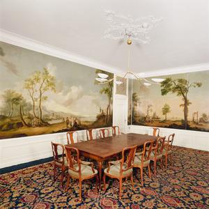 Regentenkamer met landschapsbehangsels, twee bovendeurstukken en een schoorsteen met wapenschildjes
