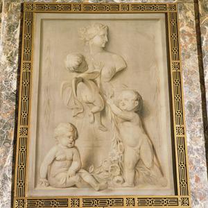 Buste van Flora met drie putti