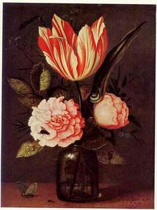 Stilleven van een roos, tulp en ander bloemen in een glazen fles